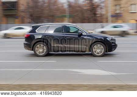 Moscow , Russia - March 2021: Fast Moving Black Volkswagen Touareg With Dirt On The Body. Compliance