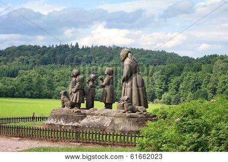 Monument Grandma with children