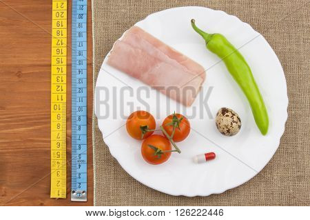 The diet for weight loss. Healthy food. Breakfast for athletes. Ham, tomatoes, pepper and quail eggs.