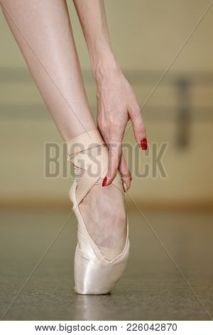Leg Of A Ballerina In Pointe. Beautiful Graceful Hand. Rehearsal Of The Dance On Tiptoe. Shooting Cl