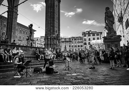 Florence, Italy - May 19, 2017: Street Musicians Giving A Spectacular Concert In Piazza Della Signor