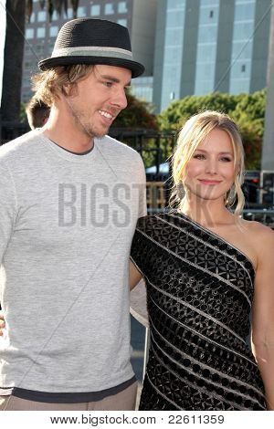 LOS ANGELES - AUG 14:  Dax Shepard, Kristen Bell arriving at the 2011 VH1 Do Something Awards at Hollywood Palladium on August 14, 2011 in Los Angeles, CA