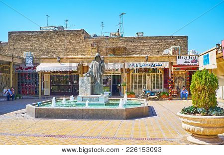 Isfahan, Iran - October 20,2017: The Stores In Vank Alley With The Beautiful Fountain And Statue Of