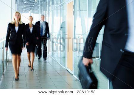 Geschäftsleute, die entlang des Büro-Korridors
