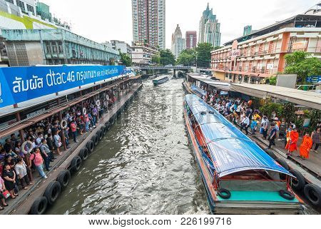 Bangkok, Thailand - August 24: Undefined Passenger People Waiting And Aboard To Speed Boat At Pratun