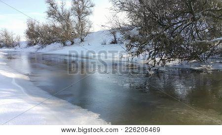 A Frozen River. In Captivity Near The Cold. Snowy Landscape. I Like To Walk On A Frozen River. Skati