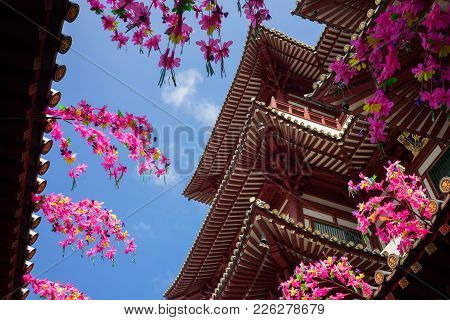 Singapore - May 2, 2016: Roof Of Buddha Tooth Relic Temple And Museum Against Blue Sky In Singapore