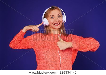 blond in headphones showing thumbs up