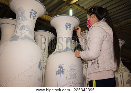 Hanoi, Vietnam - Jan 2, 2016: Craftsman Painting On Pottery Big Decoration Vase In Bat Trang Ancient