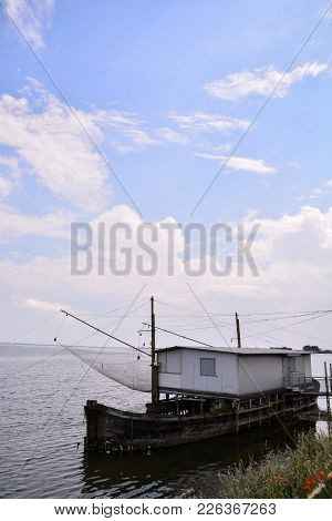 Photo Stilt House And Fishing Nets Along The Po Delta Italy