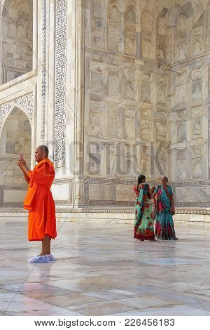 Agra, India-november 9: Unidentified People Stand Outside Taj Mahal On November 9, 2014 In Agra, Ind