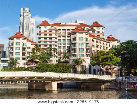 Singapore - August 17, 2009: A View Of The Swissotel Merchant Court Hotel In Singapore, With A Bridg
