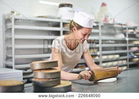 Preparing a cake