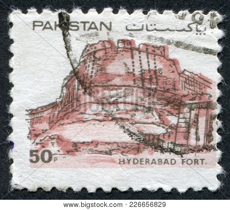 Pakistan - Circa 1986: A Stamp Printed In The Pakistan, Depicted Hyderabd Fort, Circa 1986