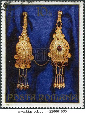 Romania - Circa 1973: A Stamp Printed In The Romania, Shows The Gold Jewelery From Pietroasa, Fibula