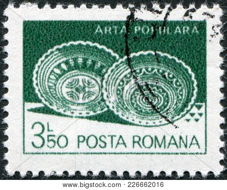 Romania - Circa 1982: A Stamp Printed In The Romania, Shows Ceramic Plates From Leheceni, Circa 1982