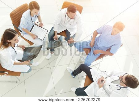 medical staff ,discussing the work plan with the patients