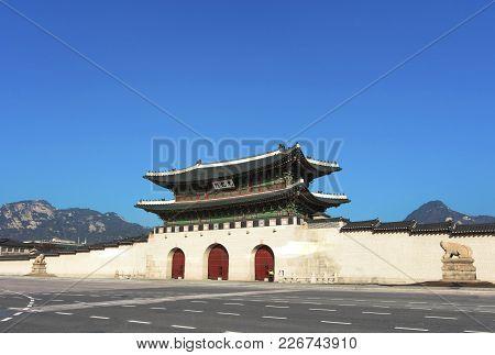 Seoul, South Korea - January3: The Gate Of Gyeongbokgung Palace On Blue Sky Background Photo Taken