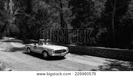 Gola Del Furlo, Italy - Mercedes M.b. 230 Sl 1966 On An Old Racing Car In Rally Mille Miglia 2017 Th