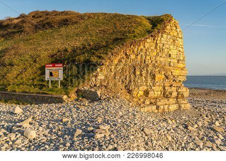 Sign: Warning Dangerous Cliffs, Keep A Safe Distance (welsh & English), Seen At Llantwit Major Beach