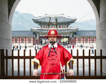 Seoul, Korea - Apr 20, 2016 : Imperial Honour Guard Front Of Gyeongbokgung Palace Seoul City Landmar