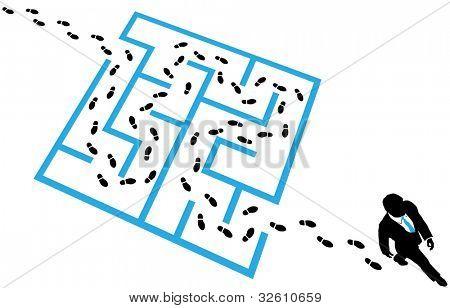 Business Man Schritte Spuren finden einen Weg durch ein Labyrinth-Rätsel Lösung