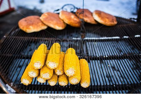 Organic Grilled Corn On The Cob Ready To Eat. Grilled Corn With Thai Butter. Fried Corncobs On A Gri