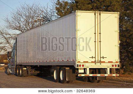 halb LKW gesehen am frühen Morgen