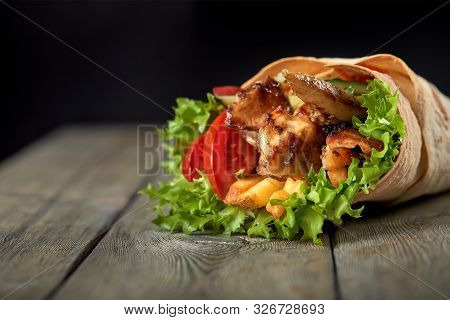 Chicken Fajita Wrap Sandwich. Sandwich With Fajita Chicken. Roll With Chicken Meat Fresh Tomatoes An
