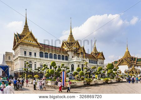 Bangkok, Thailand - Jan 4, 2010:  People Visit Chakri Maha Prasat In Grand Palace  In Bangkok, Thail