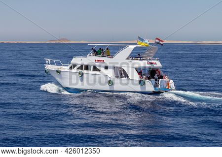 Sharm El Sheikh, Egypt - June 7, 2021: Yacht With Tourists On Board Cruising Around The Bay Of The R