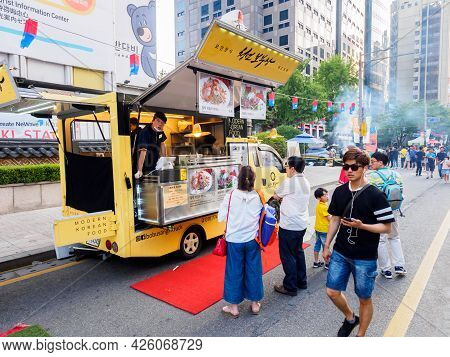 Seoul, South Korea - June 17, 2017: People Queuing Up At The Fast Food Kiosk At The Street Near Cheo