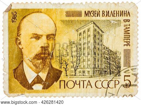 Ussr - Circa 1983: Stamp Printed In Russia Shows Portraits And Lenin Museum, Prague, Czechoslovakia,