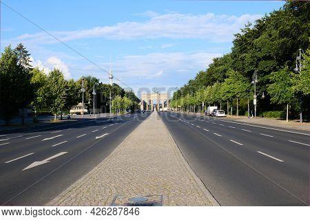 Berlin, Deutschland, Blick üver Die Strasse Des 17. Juni Auf Das Weltberühmte Brandenburger Tor Und