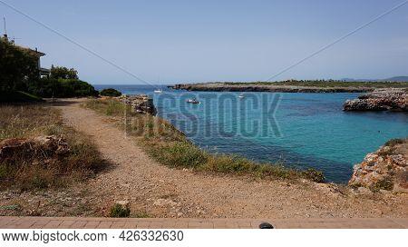 Dit Is Een Foto Van De Zee Samen Met Een Weggetje In Mallorca