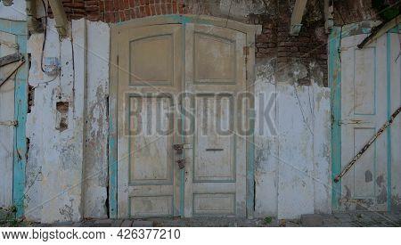 Old Wooden Door. Broken Wooden Door With Cracked Wall. Broken Wooden Door In The Old City Of Semaran