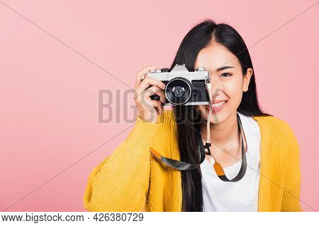 Attractive Energetic Happy Asian Portrait Beautiful Young Woman Smiling Photographer Taking A Pictur