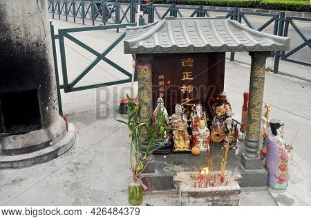 Antique Red Small Shrine Chinese Deity Angel God Statue For Macanese People And Foreign Travelers Tr