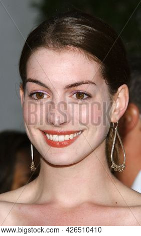 LOS ANGELES - JUN 03: Anne Hathaway arrives for the Ô2 Fast 2 FuriousÕ Hollywood Premiere on June 03, 2003 in Hollywood, CA