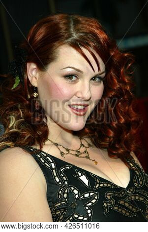 LOS ANGELES - MAR 16: Sara Rue arrives to ABC's 50th Anniversary Celebration on March 16, 2003 in Hollywood, CA