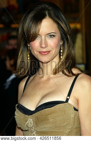 LOS ANGELES - MAY 14: Kelly Preston arrives to  'Bruce Almighty' World Premiere on May 14, 2003 in Hollywood, CA