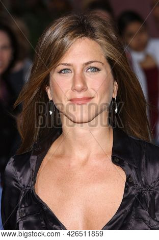 LOS ANGELES - MAY 14: Jennifer Aniston arrives to  'Bruce Almighty' World Premiere on May 14, 2003 in Hollywood, CA