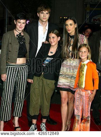 LOS ANGELES - JUN 18: Rumer Willis, Ashton Kutcher, Demi Moore, Scout Willis and Tallulah Willis arrives to  'Charlie's Angels 2: Full Throttle' LA Premiere on June 18, 2003 in Hollywood, CA