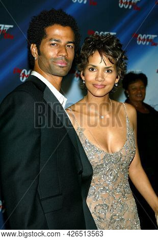 LOS ANGELES - NOV 02: Eric Benet and Halle Berry arrives to  the 'Die Another Day' Hollywood Premiere on November 02, 2002 in Los Angeles, CA