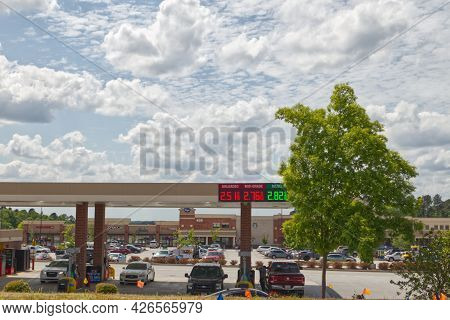 Augusta, Ga Usa - 04 29 21: Gas Prices At Kroger Gas Station Cars And People - Lewiston Road