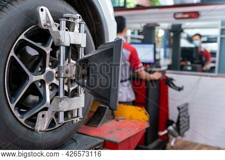 Car Tire Steering Wheel Balancing Calibrate Device For Center Adjust After Tyre Replace At Car Repai