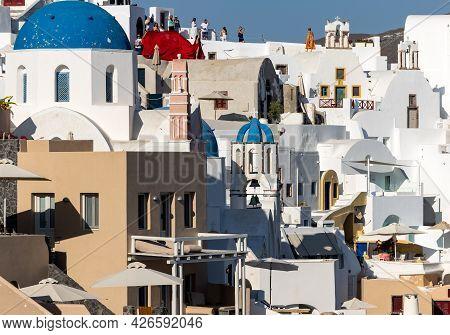 Oia, Santorini, Greece - June 28, 2021: Whitewashed Houses In Oia On Santorini Island, Cyclades, Gre