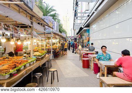 Bangkok-thailand Jul 25 2018: Sidewalk At The Platinum Fashion Mall With Street Shop, Street Fashion