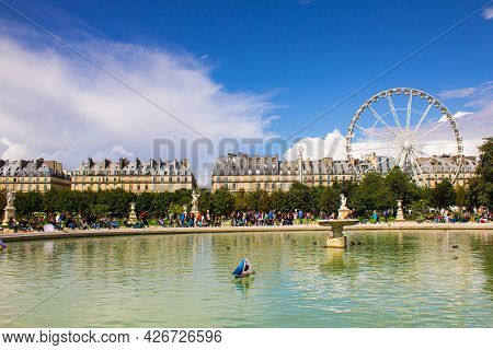 Paris, France - July 23, 2011: Scenic View Of Pond At Tuileries Garden With Ferris Wheel In Backgrou