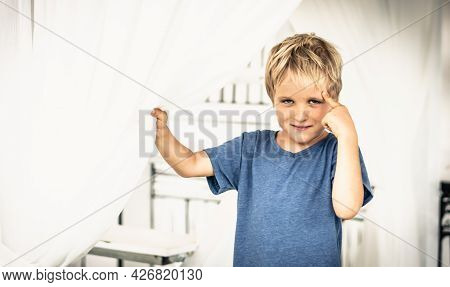 Portrait Sly Smile Narrowed Eyes Freckled Boy Points Finger To Head Have Idea, Facial Expression Han